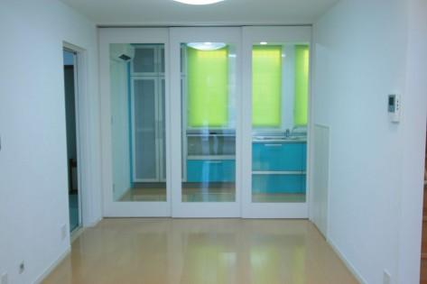 ガラスの間仕切りで開け閉めができるキッチンスペース
