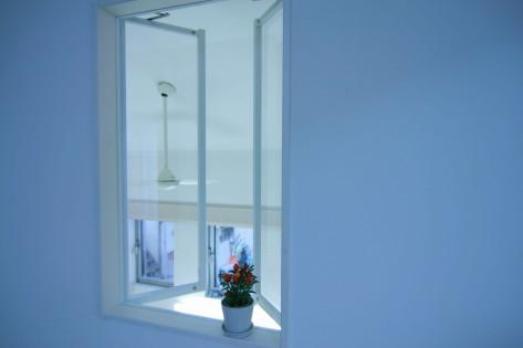 部屋の中を見下ろす窓