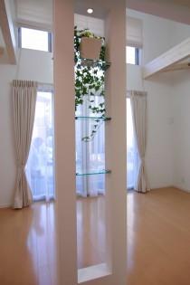構造柱を利用したガラス飾り棚